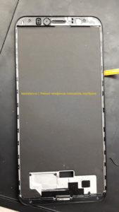 Honor 7A Pro (AUM-L29) зачищаем рамку и обезжириваем, подготавливая поверхность к вклеиванию нового модуля экрана.