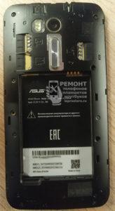 Смартфон Asus Zenfone Go (zb551kl) вид после открытия задней крышки и подъёма аккумулятора