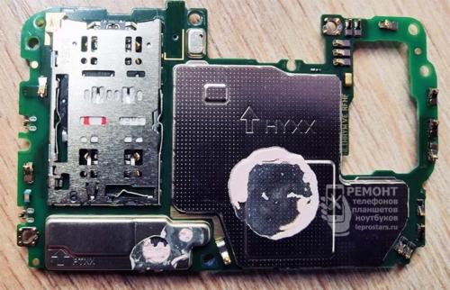 Плата Honor 10 lite (HRY-LX1) сторона B. Видна сим карта, застрявшая внутри sim коннектора.
