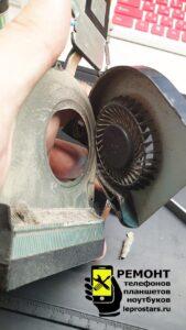 Чистка ноутбука Asus X751L - вентилятор и радиатор системы охлаждения покрыты толстым слоем пыли